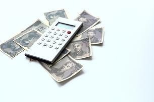 電卓と紙幣の写真素材 [FYI00407979]