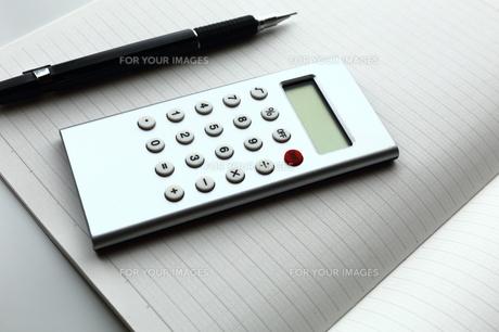 計算機とノートとシャープペンシルの素材 [FYI00407984]