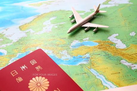 パスポートと世界地図と飛行機の写真素材 [FYI00408000]