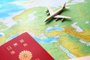 パスポートと世界地図と飛行機の素材 [FYI00408000]