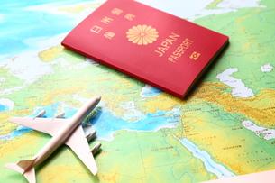 パスポートと地図と飛行機の素材 [FYI00408009]