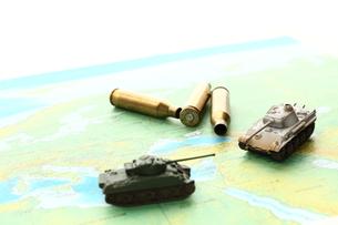 戦車と薬きょうの写真素材 [FYI00408037]