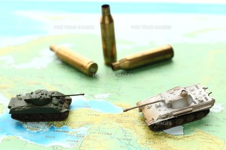 戦車と薬きょうの写真素材 [FYI00408045]