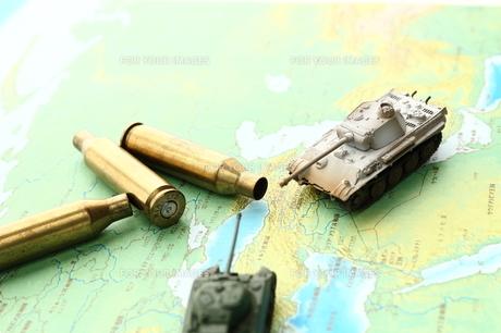 戦車と薬きょうの写真素材 [FYI00408052]