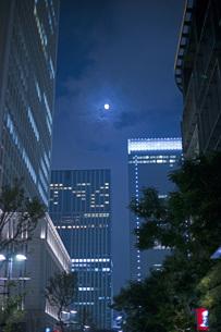 夜のビル街の写真素材 [FYI00408095]