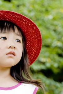 哀愁の横顔で見つめる女の子の写真素材 [FYI00410779]