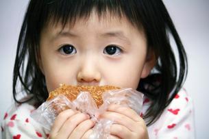 パンを食べる女の子の写真素材 [FYI00410783]