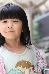 正面を見て笑顔の女の子の写真素材 [FYI00410787]