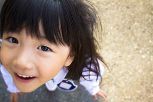 見上げる女の子の写真素材 [FYI00410789]