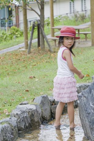 川遊びで振り返る女の子の写真素材 [FYI00410790]