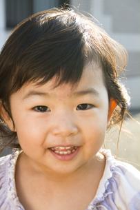 正面を向いて笑顔の幼児の写真素材 [FYI00410801]