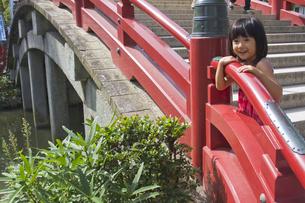 太鼓橋と女の子の写真素材 [FYI00410806]