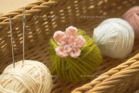 毛糸玉と毛糸の花の写真素材 [FYI00410812]