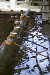 神社の手水舎の写真素材 [FYI00410827]
