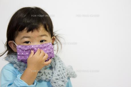 風邪でおしゃれなマスクをする子供の写真素材 [FYI00410829]