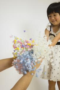 花をプレゼントする女の子の写真素材 [FYI00410838]