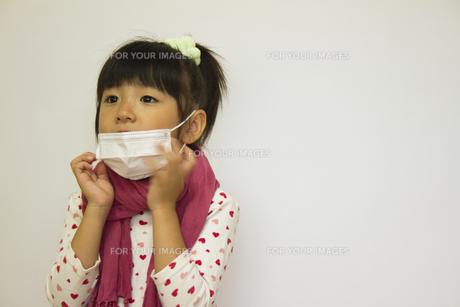 マスクをする女の子の写真素材 [FYI00410844]