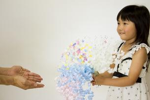 花のプレゼントをする女の子の写真素材 [FYI00410849]