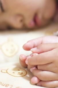 昼寝をする子供の手の写真素材 [FYI00410851]