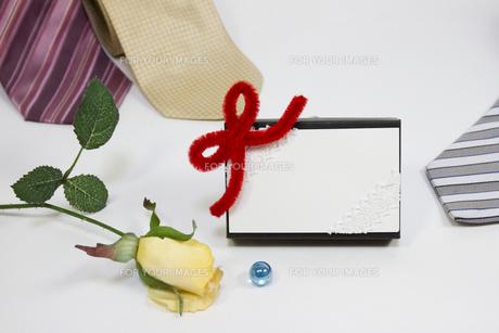 プレゼントとメッセージカードの写真素材 [FYI00410902]