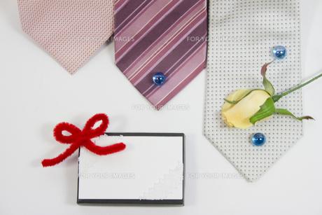 プレゼントとメッセージカードの写真素材 [FYI00410907]