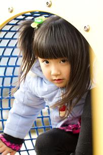 公園で遊ぶ女の子の写真素材 [FYI00410944]