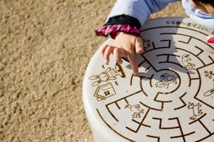 公園で遊ぶ女の子の写真素材 [FYI00410946]