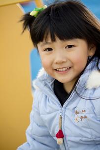 公園で遊ぶ笑顔の女の子の写真素材 [FYI00410957]