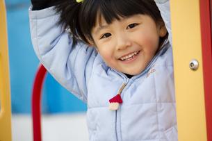 公園で笑顔の女の子の写真素材 [FYI00410958]