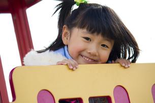 公園で遊ぶ笑顔の女の子の写真素材 [FYI00410965]