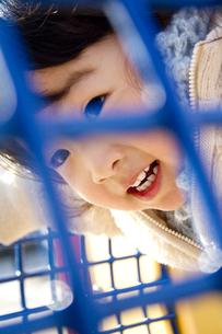 公園で遊ぶ笑顔の女の子の写真素材 [FYI00410967]