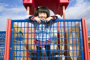公園で遊ぶ女の子の写真素材 [FYI00410977]