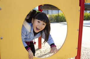 公園で遊ぶ笑顔の女の子の写真素材 [FYI00410978]