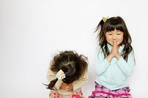 お祈りする姉妹の写真素材 [FYI00411152]