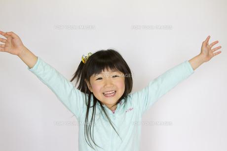 万歳する女の子の写真素材 [FYI00411153]