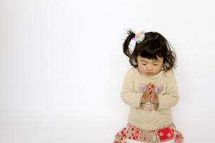 祈る女の子の写真素材 [FYI00411154]