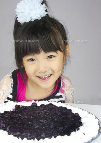 ケーキと女の子の写真素材 [FYI00411317]