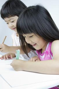 勉強する女の子の写真素材 [FYI00411319]