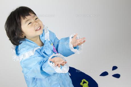 レインコートの女の子の写真素材 [FYI00411325]