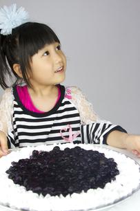 ケーキと女の子の写真素材 [FYI00411328]