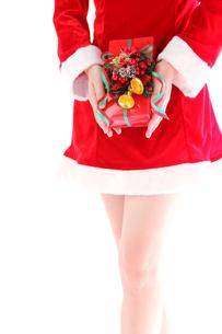 プレゼントを正面で持つサンタガールの素材 [FYI00412068]