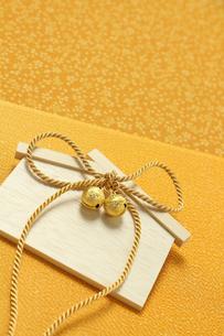 金色の絵馬と鈴の素材 [FYI00412069]