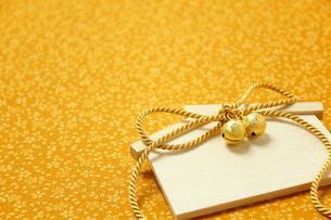 金色の絵馬と鈴の素材 [FYI00412084]