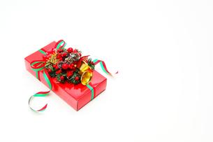 クリスマスベルのついた赤いプレゼントの写真素材 [FYI00412086]