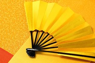 カラフルな布と金の扇子の写真素材 [FYI00412096]
