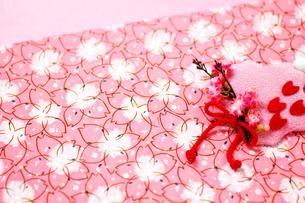 桜模様の和紙と飾りの写真素材 [FYI00412097]