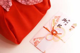 和風ギフト祝い袋と風呂敷 結婚祝いの写真の写真素材 [FYI00412123]
