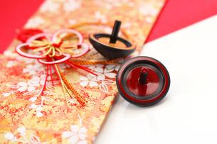 お正月おもちゃ箸置き紅白とベーゴマの写真の写真素材 [FYI00412125]