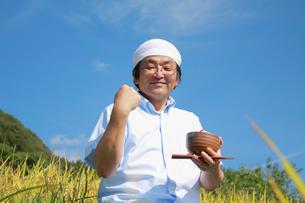 農業 豊作 喜ぶ ガッツポーズ 日本人の写真素材 [FYI00412140]