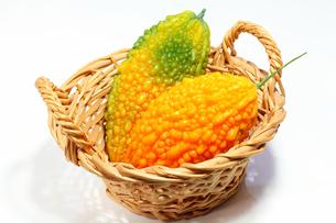 カゴの中の黄色の野菜ゴーヤの写真の素材 [FYI00412143]